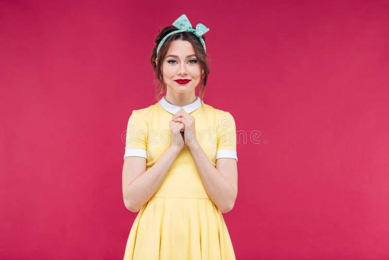 Atrakcyjna powabna młoda kobieta w kolor żółty sukni pozyci obraz royalty free