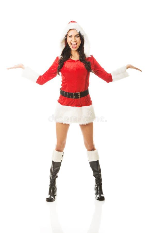 Atrakcyjna Santa kobiety pozycja z otwartym ręka gestem fotografia royalty free