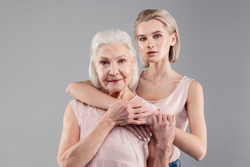 Atrakcyjna siwowłosa stara dama zadawala z jej córką zdjęcie stock
