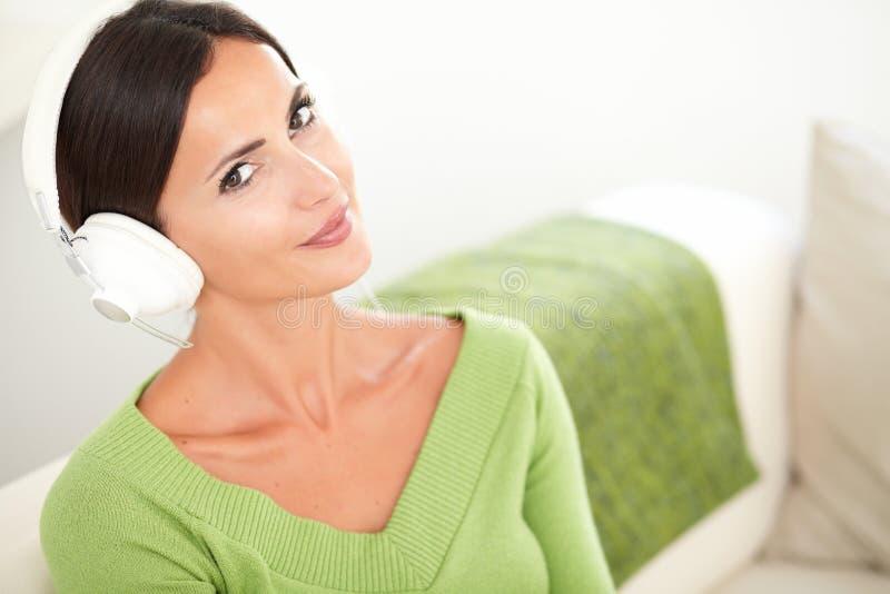 Download Atrakcyjna Spokojna Kobieta Słucha Muzyka Zdjęcie Stock - Obraz złożonej z etnocentryzm, spokój: 53792766