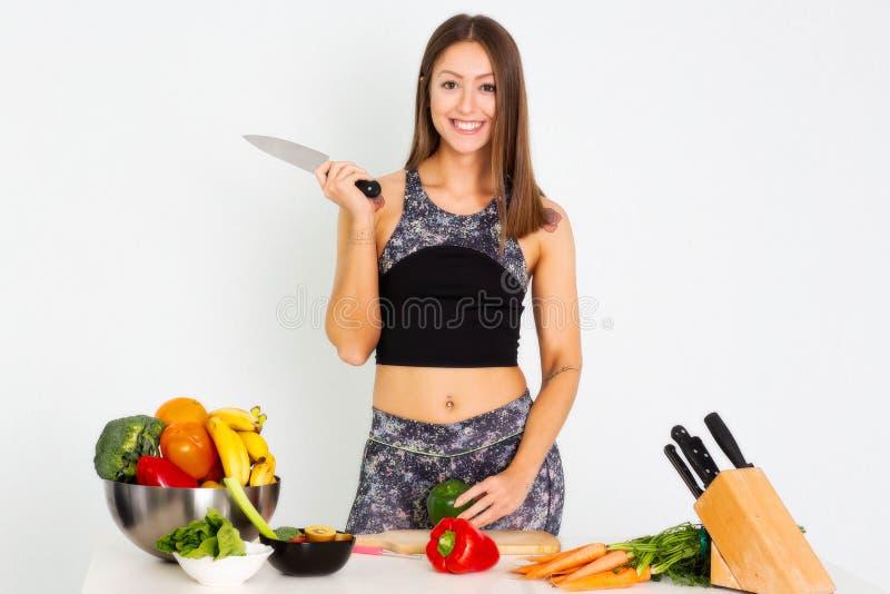 Atrakcyjna sprawności fizycznej kobieta, wyszkolonej kobiety Dysponowanej władzy młodej kobiety sportowy ufny bodybuilder robi ćw obraz stock