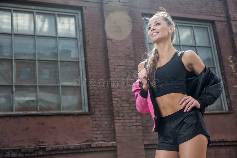 Atrakcyjna sprawności fizycznej kobieta, wyszkolony żeński ciało, stylu życia portret, caucasian model zdjęcia stock