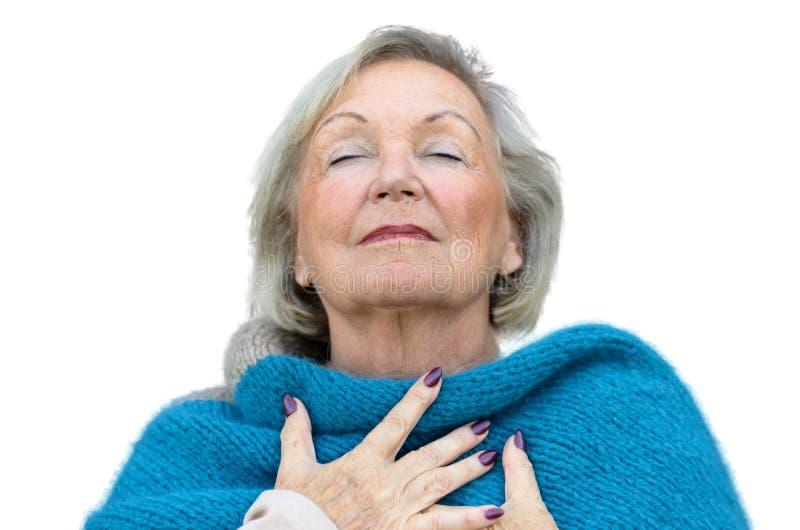 Atrakcyjna starsza kobieta delektuje się moment obrazy stock