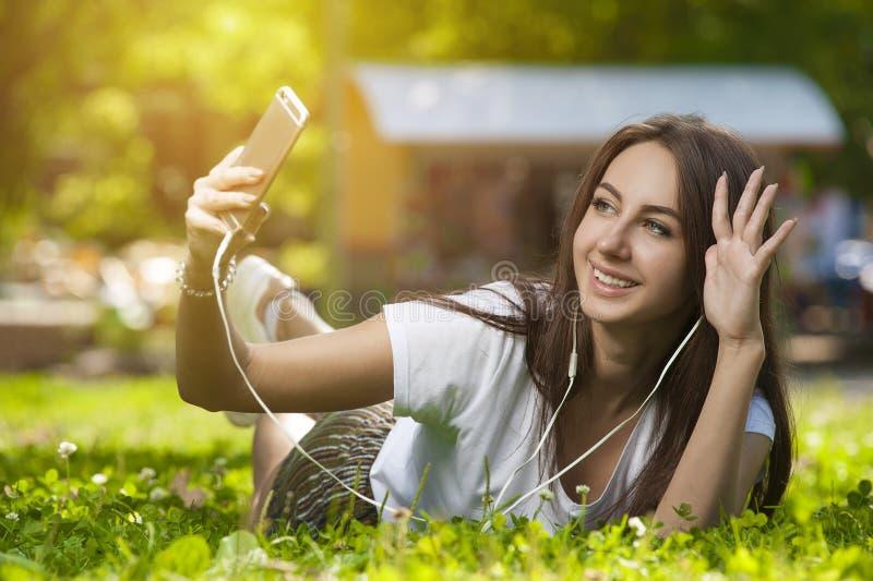Atrakcyjna studencka dziewczyna w parku Outdoors fotografia stock