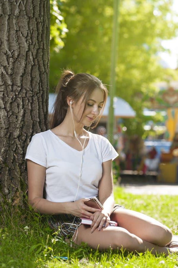 Atrakcyjna studencka dziewczyna w parku Outdoors zdjęcie royalty free