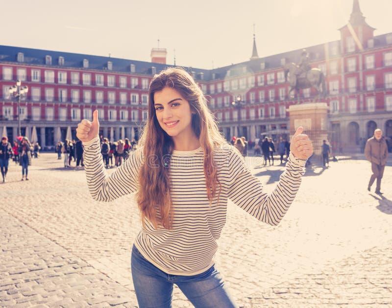 Atrakcyjna szczęśliwa młoda turystyczna kobieta cieszy się hiszpański zwiedzać w Madryt europejczyka mieście zdjęcia stock