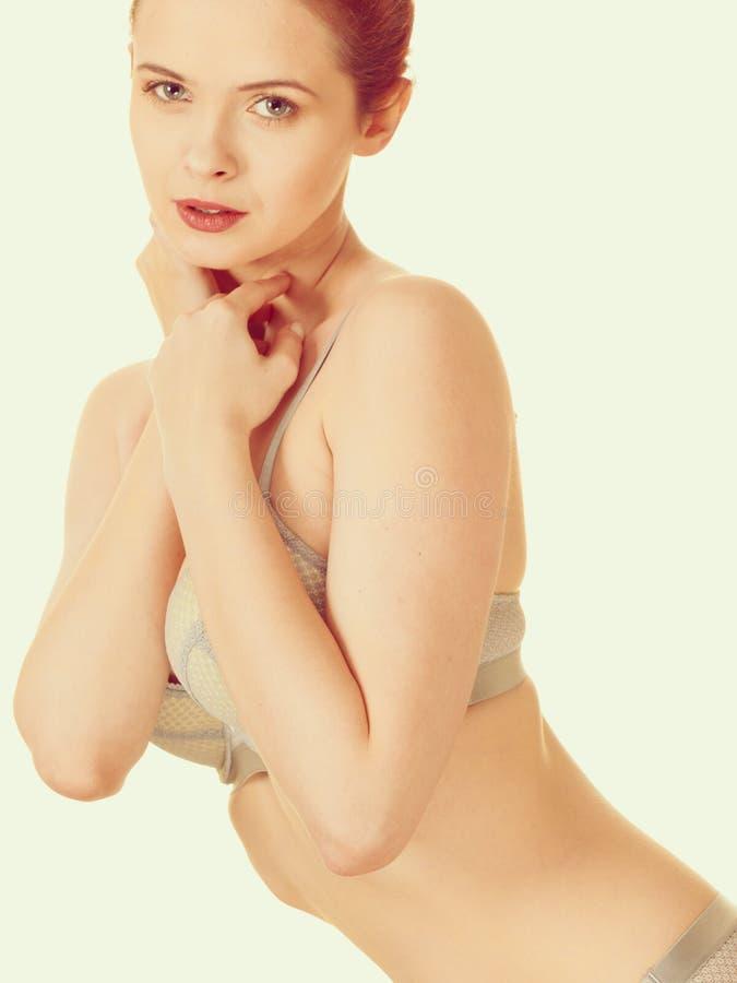 Atrakcyjna szczupła kobieta w popielatej dopasowywanie bieliźnie fotografia royalty free
