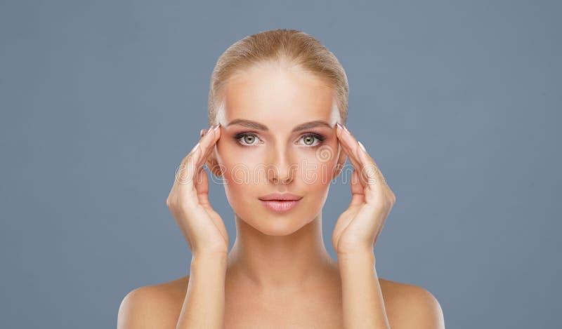 Atrakcyjna twarz piękna dziewczyna w g?r? kobiety zamkni?ty zdrowy portret Skóry opieka, kosmetyki, makeup, cera i twarz, zdjęcie royalty free