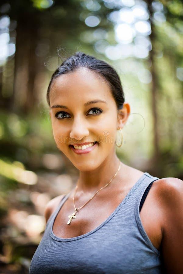 Atrakcyjna uśmiechnięta Indiańska kobieta outdoors w naturze zdjęcie royalty free