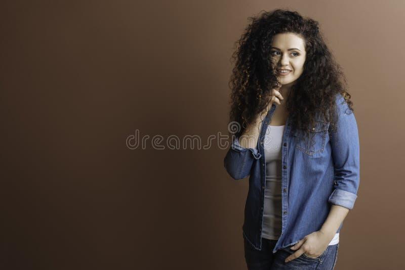Atrakcyjna uśmiechnięta kobieta patrzeje z ukosa fotografia stock