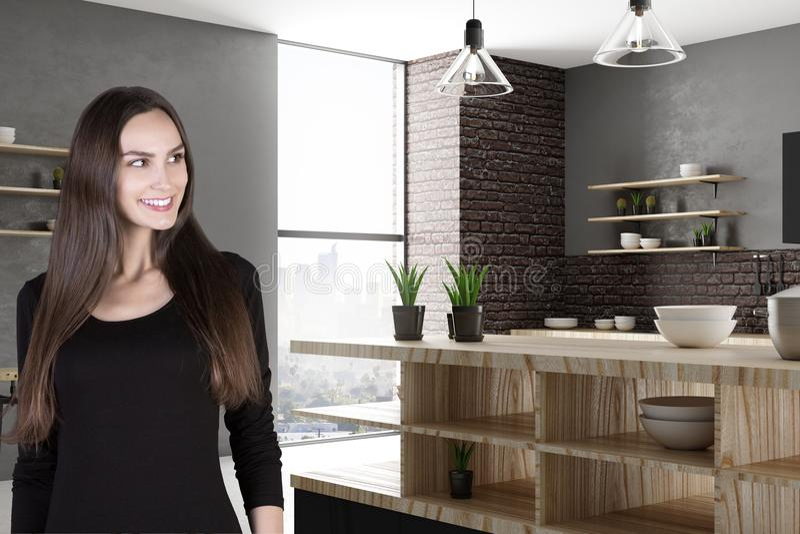 Atrakcyjna uśmiechnięta kobieta w kuchni obraz royalty free
