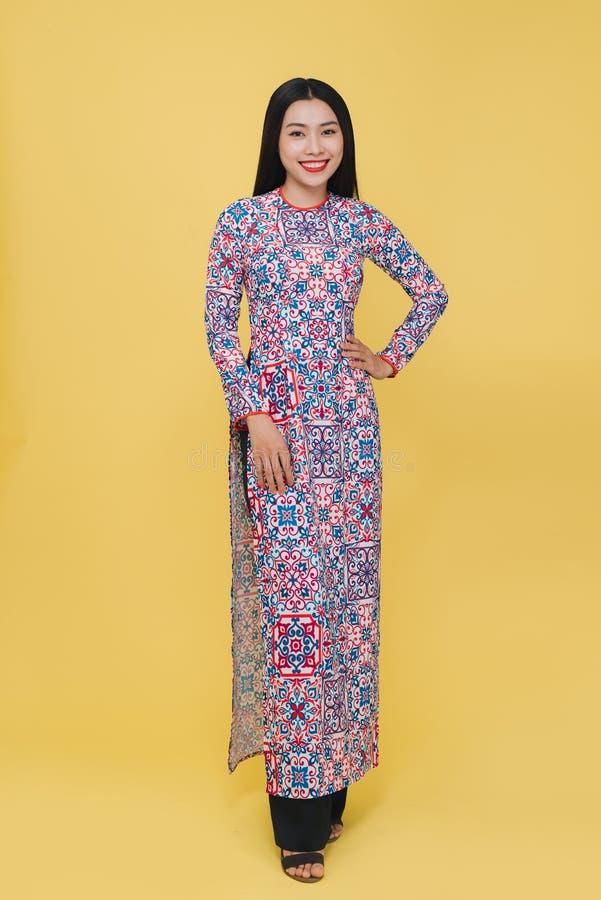 Atrakcyjna Wietnamska kobieta jest ubranym tradycyjnego kostium, odizolowywa zdjęcia royalty free