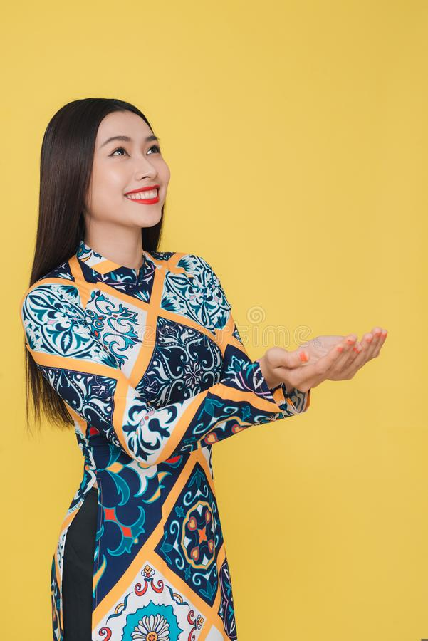 Atrakcyjna Wietnamska kobieta jest ubranym tradycyjnego kostium, odizolowywa obrazy royalty free