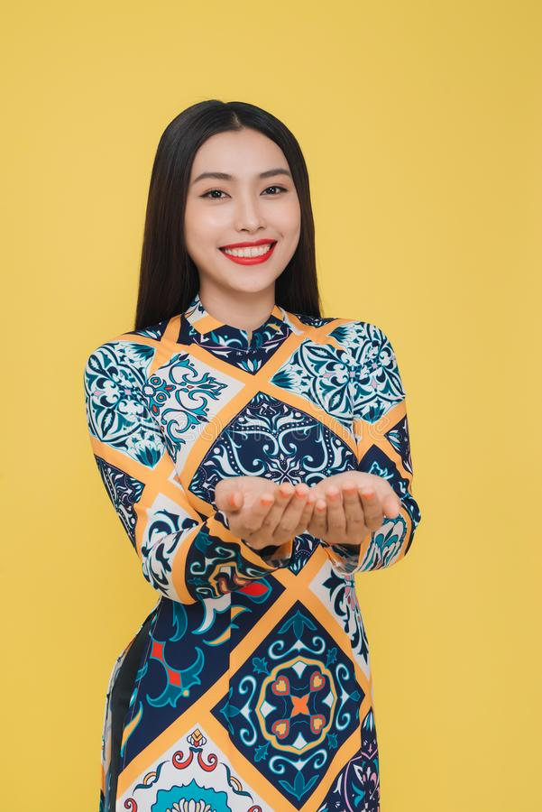 Atrakcyjna Wietnamska kobieta jest ubranym tradycyjnego kostium, odizolowywa obrazy stock