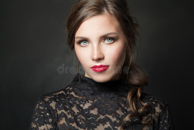 Atrakcyjna wzorcowa kobieta na czarnym tle zdjęcia royalty free