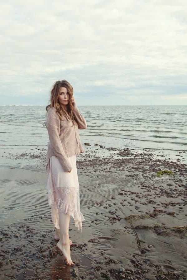 Atrakcyjna wzorcowa kobieta outdoors na oceanu wybrzeżu, romantyczny styl życia portret fotografia royalty free