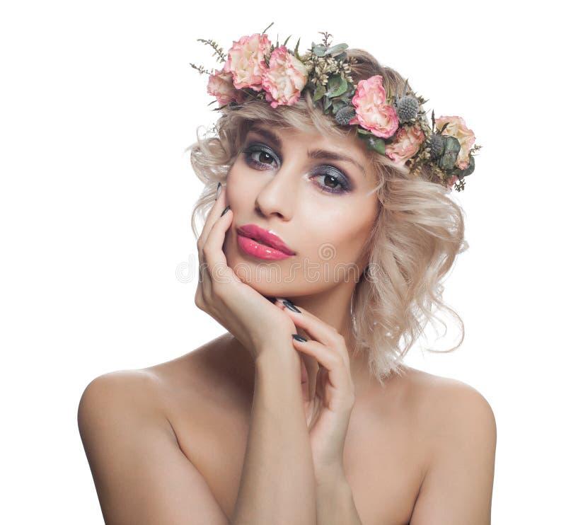Atrakcyjna wzorcowa kobieta z uzupe?nia kwiaty i skacze pi?kn? blondynk? w izolacji white obrazy stock