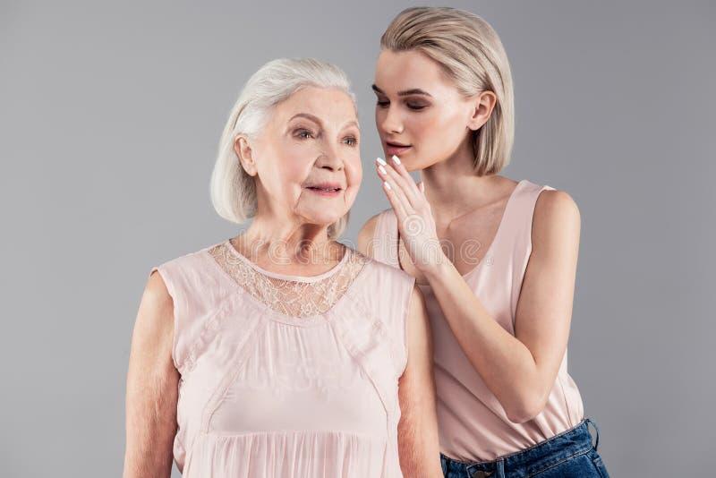 Atrakcyjna z włosami blondynki kobiety udzielenia wyłączności na wywiad informacja obraz stock