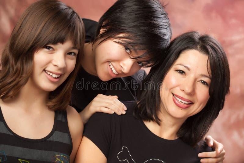 atrakcyjne córki matkują wieloetnicznego portra zdjęcie stock