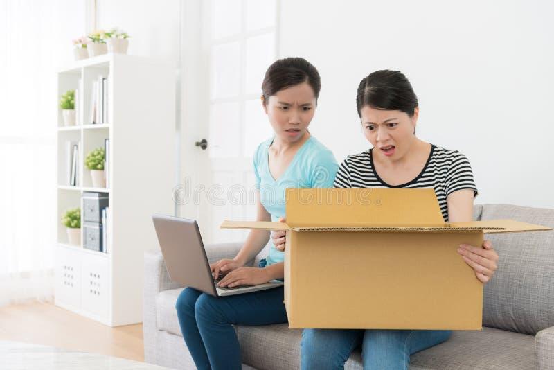 Atrakcyjne dziewczyny używa online zakupy stronę internetową zdjęcia royalty free