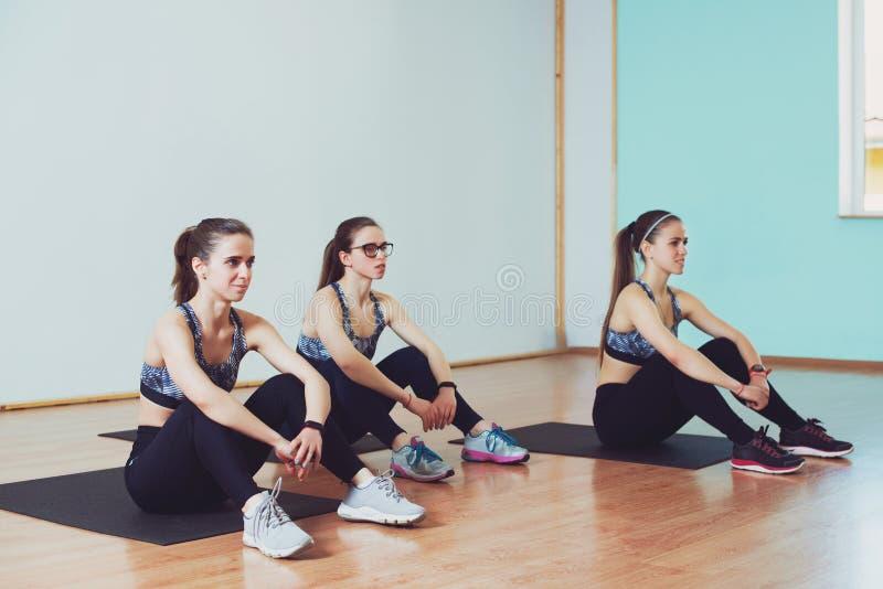 Atrakcyjne młode kobiety w sprawności fizycznej studiu Sprawności fizycznej i stylu życia pojęcie obraz royalty free