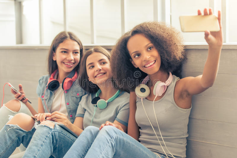 Atrakcyjne nastoletnie dziewczyny z gadżetami zdjęcie royalty free