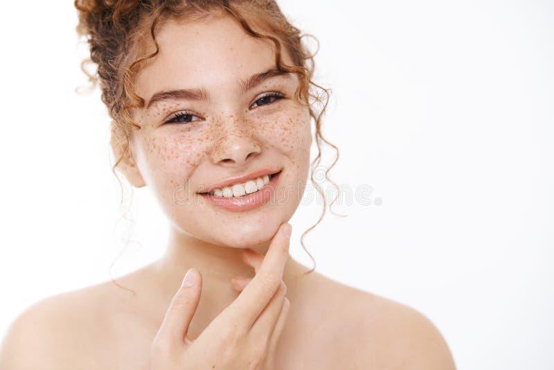 Atrakcyjne ulżyło szczęśliwie łagodne, delikatne, rude piegi twarzy dziewczynki uśmiechając się zadowolony dotykać palce podbródk obraz stock