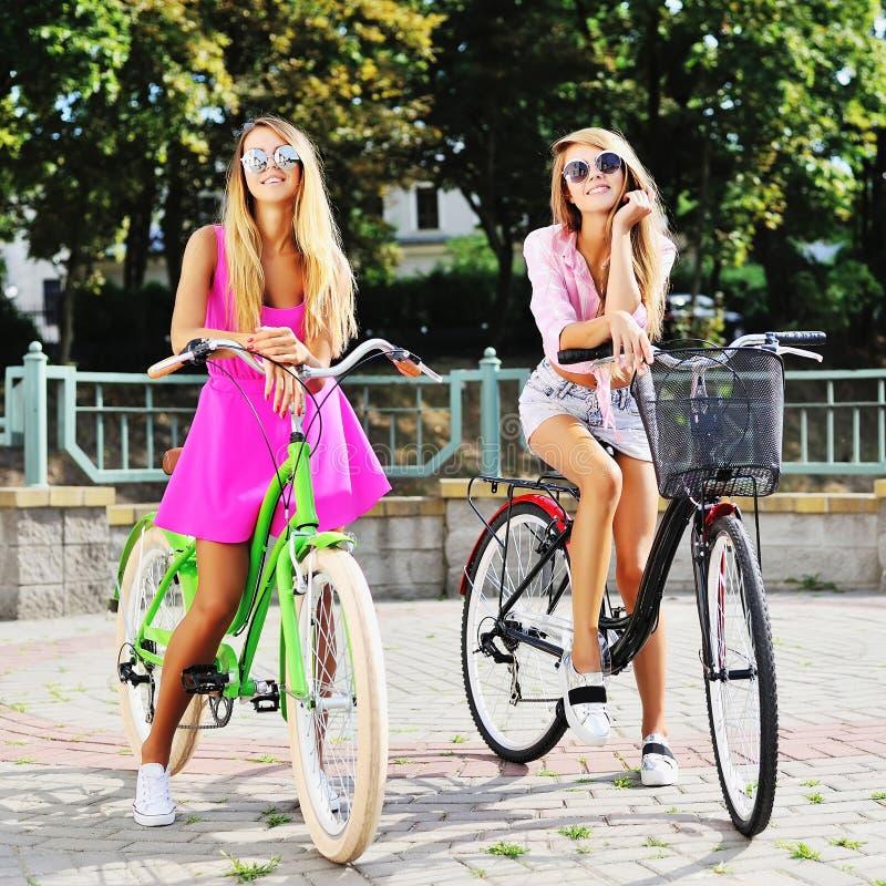 Atrakcyjne Yong kobiety na bicykle obraz royalty free