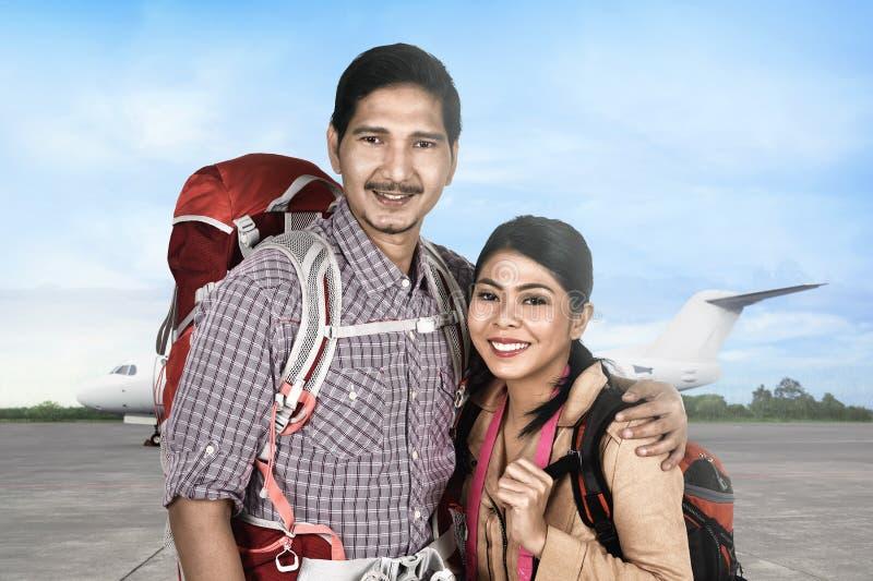 Atrakcyjnego azjatykciego para turysty iść podróżować z samolotem fotografia royalty free