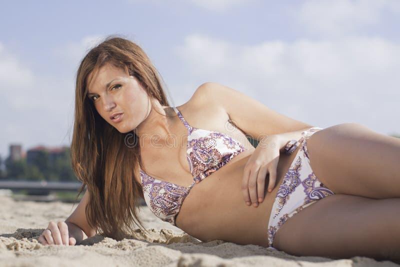 atrakcyjnego bikini blond dziewczyny potomstwa zdjęcia royalty free