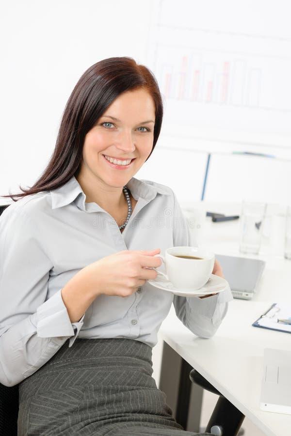 atrakcyjnego bizneswomanu kawowy napój zdjęcie royalty free