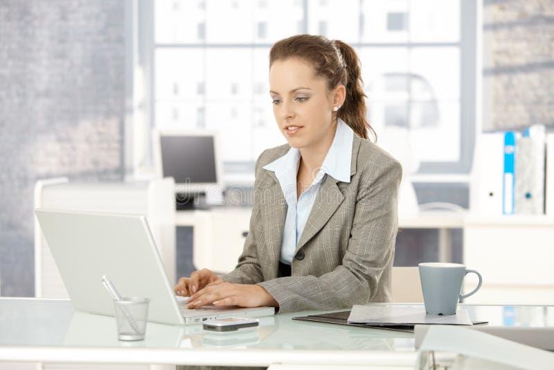 atrakcyjnego laptopu biurowy kobiety działanie obraz royalty free
