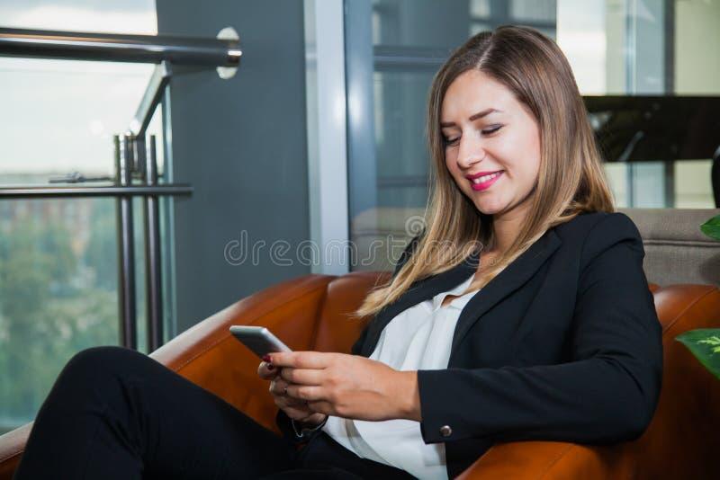 Atrakcyjnego młodego bizneswomanu pieniądze odliczający dolary i uśmiech zdjęcia stock