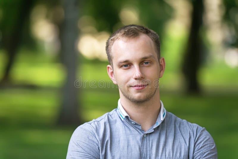 Atrakcyjnego młodego człowieka plenerowy portret zdjęcia stock