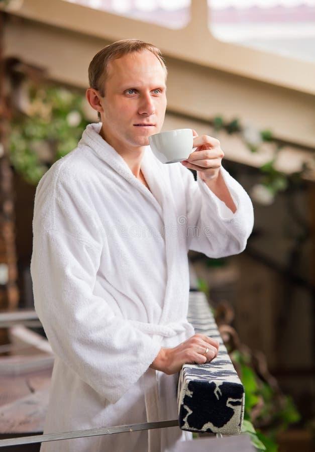 Atrakcyjnego Yong mężczyzna ranku pije kawa obrazy royalty free