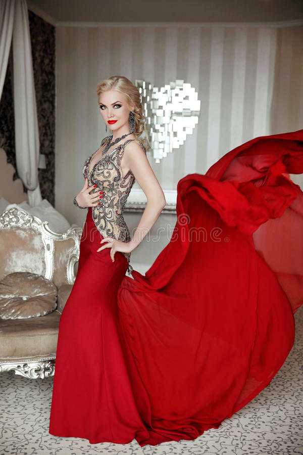 Atrakcyjnej blond kobiety wzorcowy być ubranym w eleganckiej sukni z blowi obrazy stock