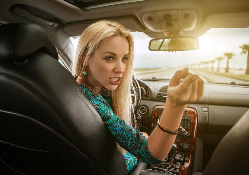 Atrakcyjnej blondynki żeńskie emocjonalne rozmowy tylni siedzenia pasażer fotografia stock