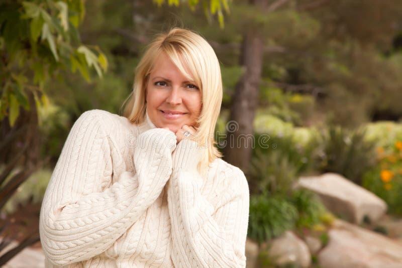 Atrakcyjnej blondynki Kaukaska kobieta w parku fotografia royalty free