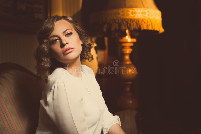Atrakcyjnej blondynki kobiety dramatyczny portret w luksusowym pokoju Piękna ekranowa noir kobieta Piękna zmysłowa niewinnie seks zdjęcie stock