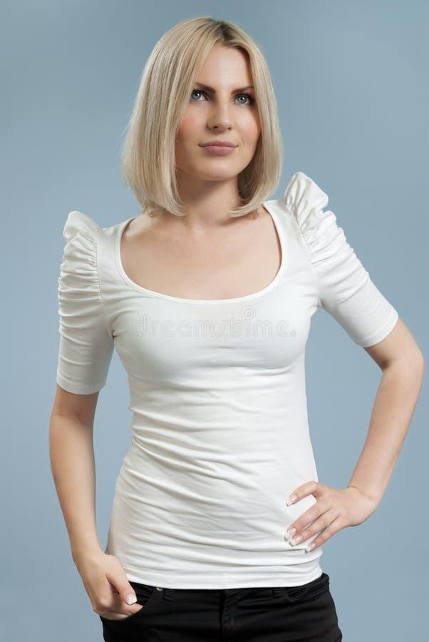 atrakcyjnej blondynki odosobniony koszulowy biel zdjęcie royalty free