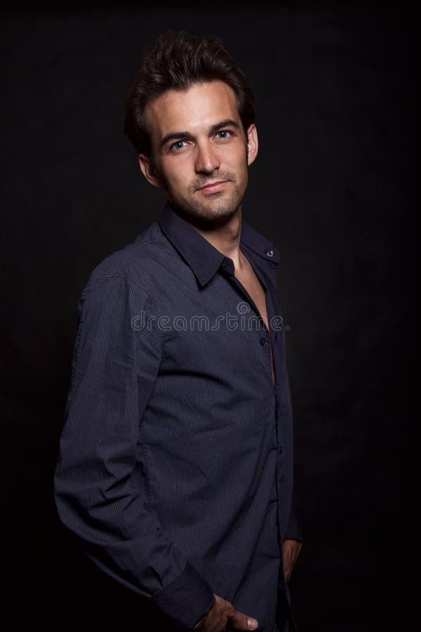 atrakcyjnej brunetki atrakcyjni mężczyzna lata dwudzieste młodzi zdjęcia stock