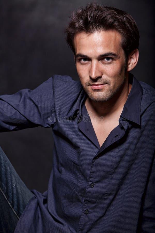 atrakcyjnej brunetki atrakcyjni mężczyzna lata dwudzieste młodzi obrazy royalty free