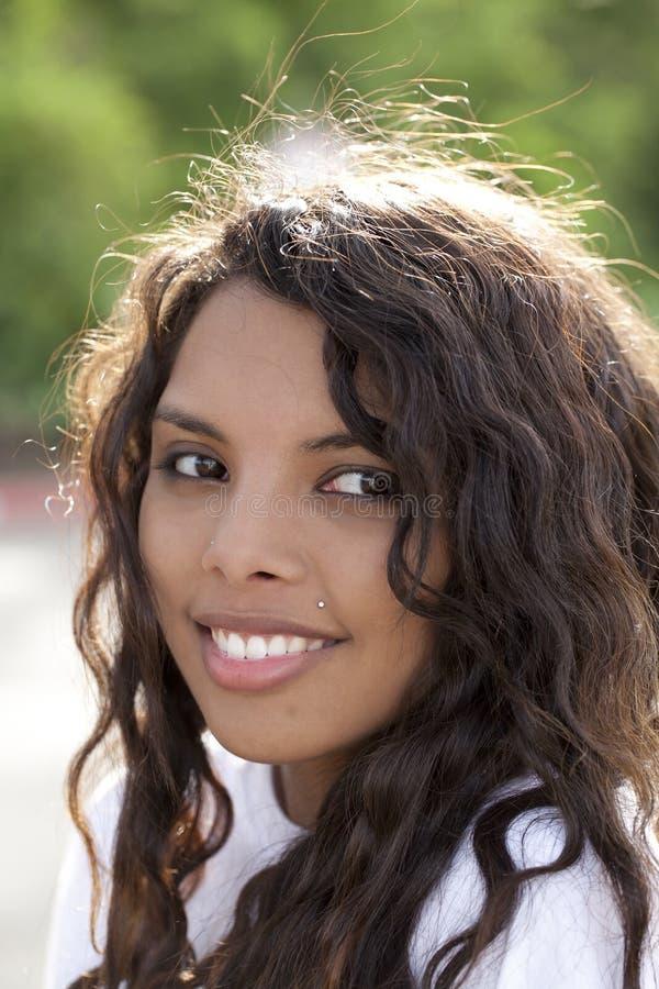 atrakcyjnej dziewczyny latynoski plenerowy nastoletni obraz royalty free