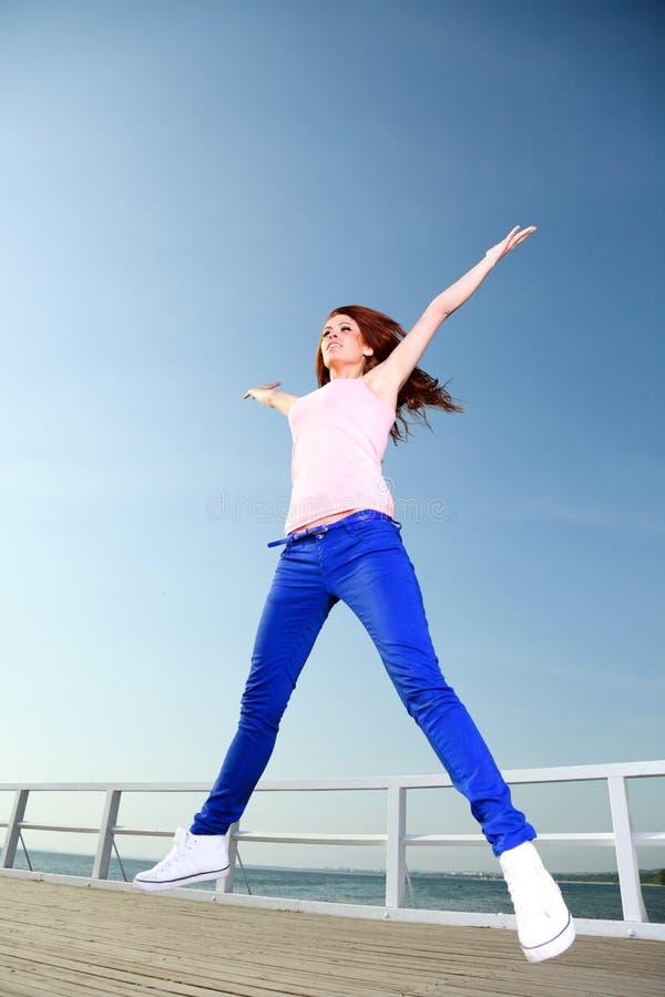 Atrakcyjnej dziewczyny młodej kobiety skokowy niebo obrazy stock