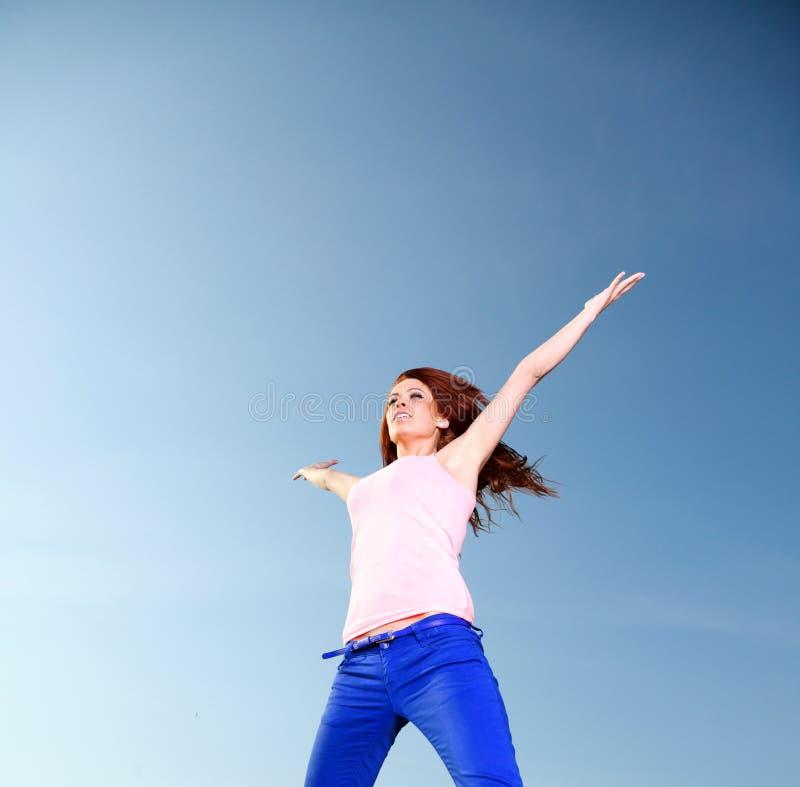 Atrakcyjnej dziewczyny młodej kobiety skokowy niebo obrazy royalty free