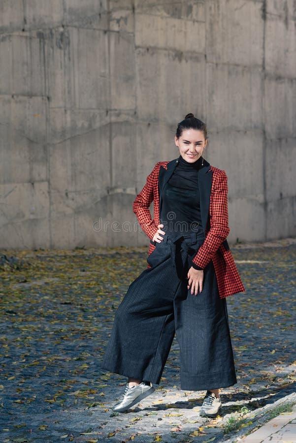 Atrakcyjnej dziewczyny wiosny jesieni mody ulicy inkasowy styl zdjęcie stock
