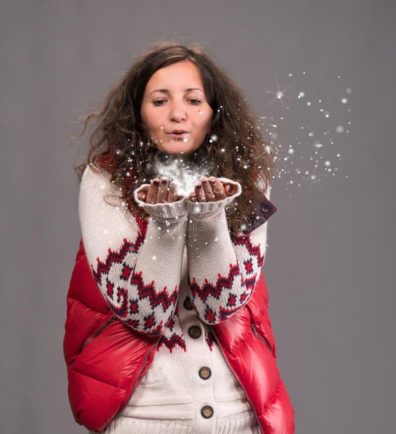Atrakcyjnej kobiety podmuchowy śnieg obraz royalty free