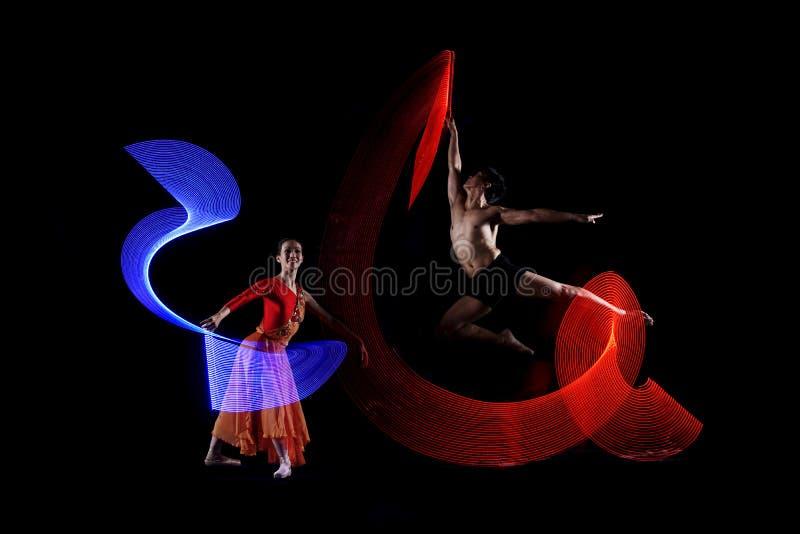 Atrakcyjnej pary baletniczy tancerz z kolorowym światło skutkiem fotografia royalty free