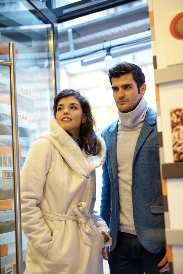 Atrakcyjnej pary wchodzić do kawiarnia zdjęcia royalty free