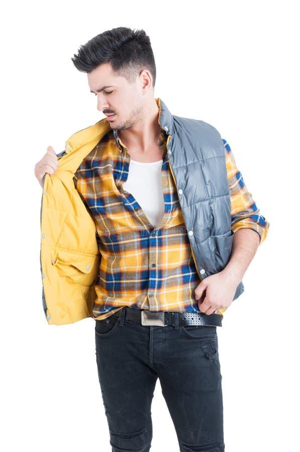 Atrakcyjnej samiec szkockiej kraty wzorcowa jest ubranym koszula i trzymać jego kamizelkę fotografia royalty free